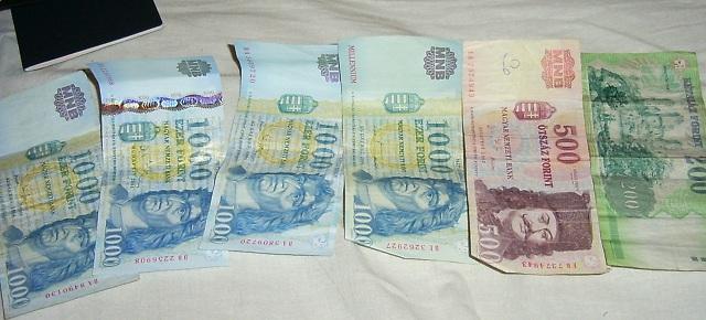 monnaie étrangère sur le lit