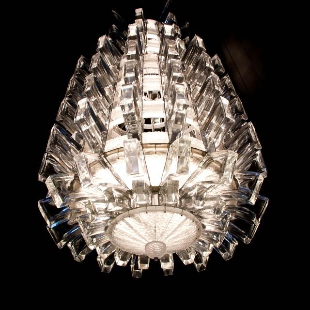 Le lustre Lalique qui orne l'entrée du musée en Lorraine