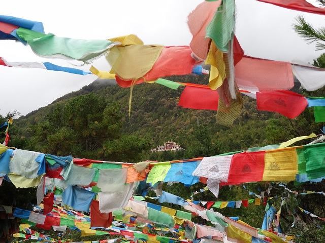 Temple à travers les fanions de prière par Isabelle Charette Kangding Chine