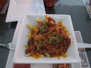 Le « Chilli-cheese fries » du restaurant V8 Dinner