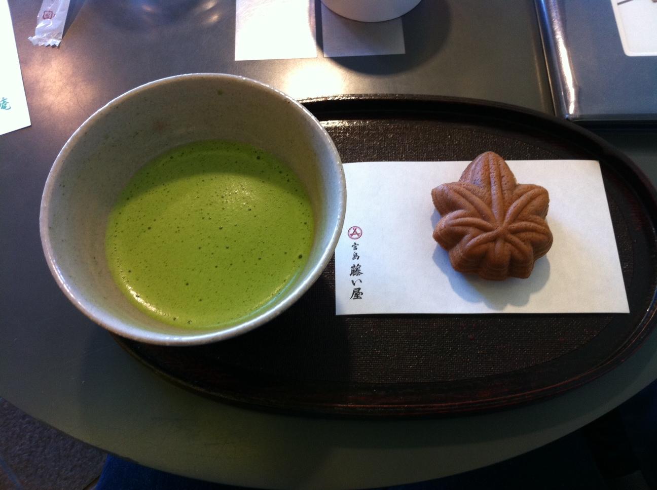 Matcha et gâterie typique de Miyajima