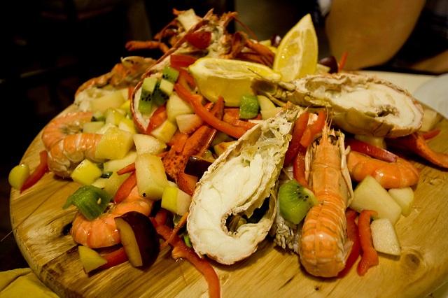 Notre plat principal, l'assiette froide de fruits de mer et fruits en tous genres