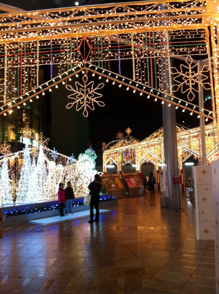 Vue sur les illuminations de Noël, d'un Starbucks à Ôsaka