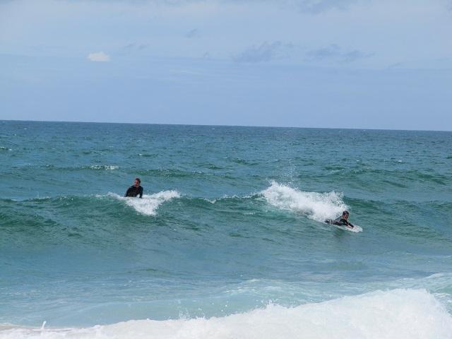 Surfeurs bravant l'eau froide de la plage de Guincho