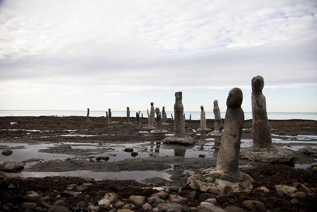 Être touriste (et dépaysé) dans son propre pays. Les statues du Grand rassemblement à Sainte-Flavie en Gaspésie. Photo : Lucie Bataille