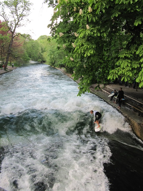 Surfeur Eisbach Munich Allemagne Englischer Garten