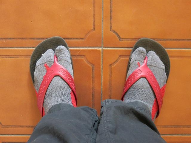 bas dans les sandales comme un touriste