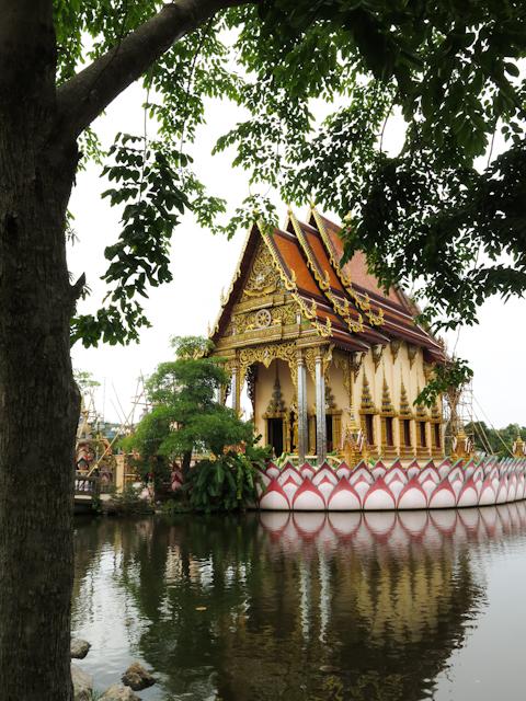 Reflets sur l'eau - Wat Plai Laem Koh Samui Thailande
