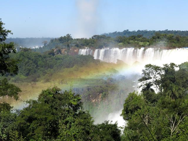 Un arc-en-ciel au-dessus des Chutes d'Iguazu en Argentine
