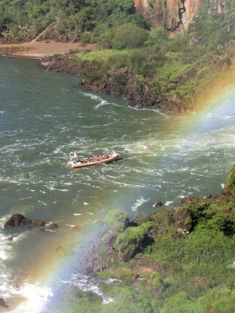 Un arc-en-ciel au-dessus des Chutes d'Iguazu en Argentine et le bateau de l'île San Martin