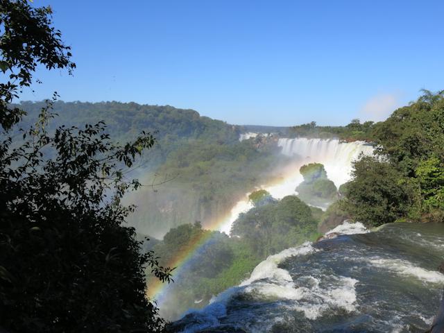 Un arc-en-ciel au-dessus des Chutes d'Iguazu en Argentine et la Garganta del Diablo au loin