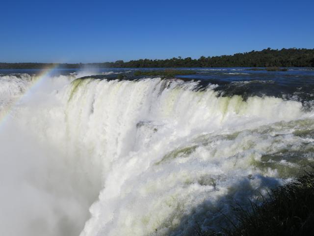 Au sommet de la chute Garganta del Diablo aux Chutes d'Iguazu en Argentine