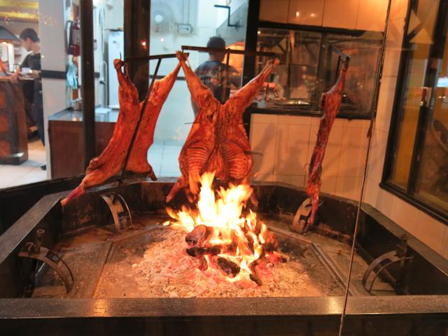 De la viande au feu pour la parillada, Argentine