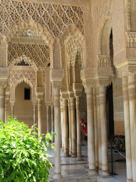 Jouer à cache-cache à l'Alhambra, Granada, Espagne