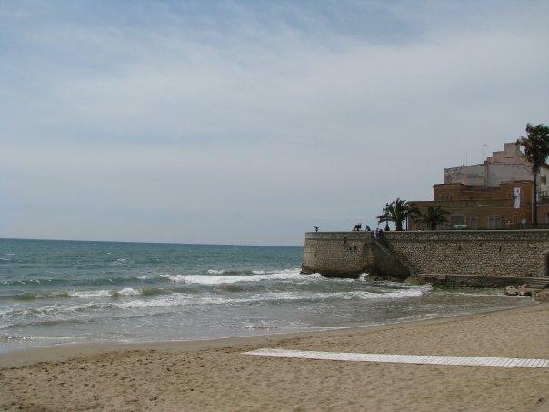 La plage de Sitges, Espagne