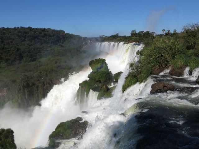 L'eau qui tombe tout près des plateformes aux chutes d'Iguazu en Argentine