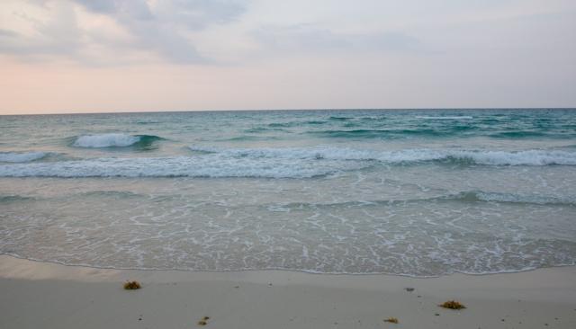 Les vagues au coucher du soleil, Playa del Este, Cuba