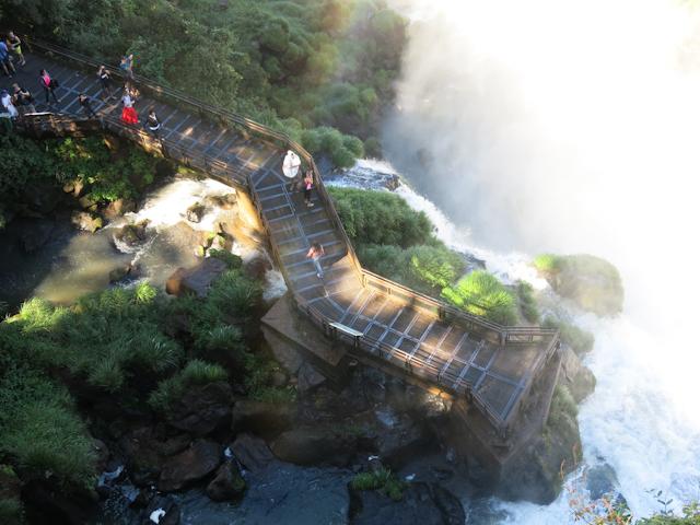 Plateforme d'observation du sentier inférieur vue du sentier supérieur aux chutes d'Iguazu en Argentine