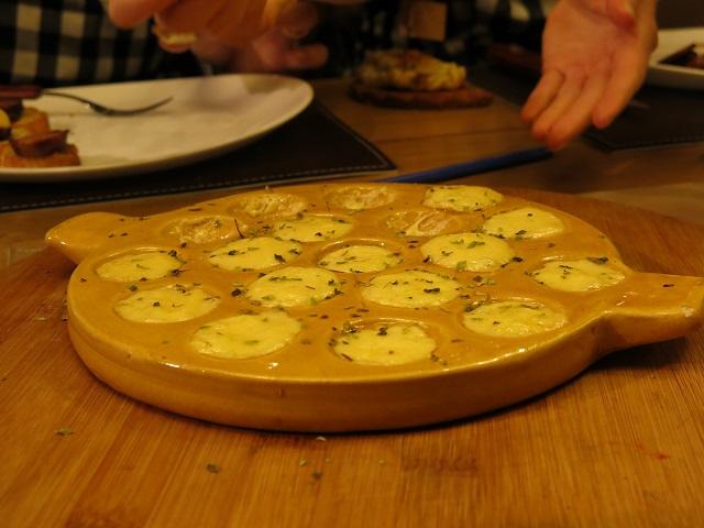 Provoleta dans son contenant typique de cuisine, Argentine