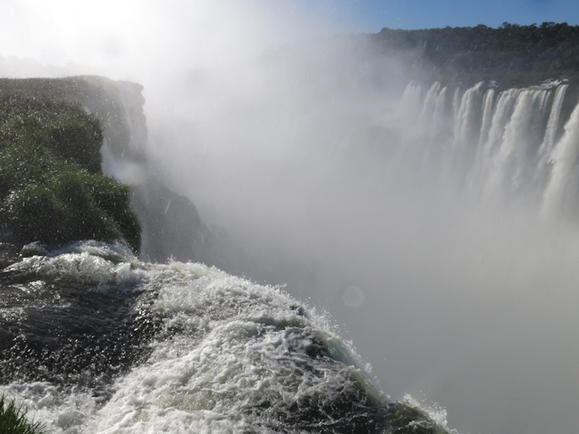 Un épais brouillard à la Gorge du diable aux chutes d'iguazu en Argentine