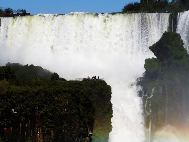 Un fort tonnerre d'eau gronde en permanence aux chutes d'Iguazu en Argentine