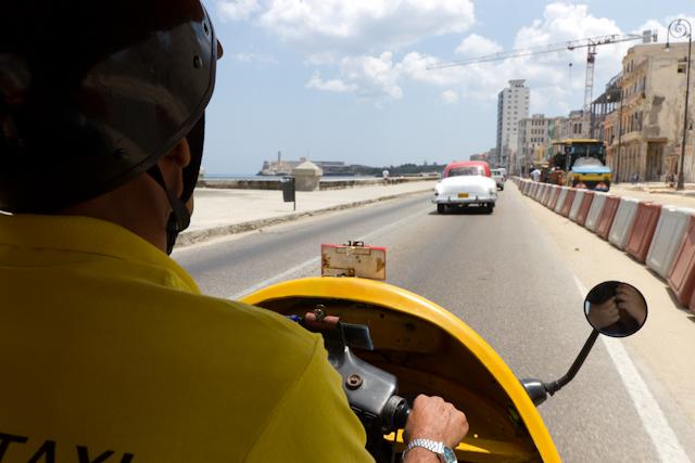 Un tour de coco-taxi à La Havane, Cuba