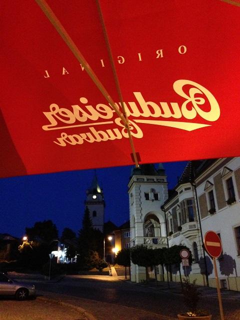 L'hôtel de ville de Tišnov vu de la terrasse de l'hôtel Květnice (avec la fameuse Budvar)
