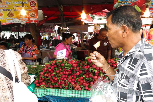 Petite bouchée au marché Chatuchak de Bangkok, Thailande