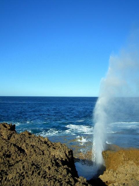 Une petite explosion d'eau au Blowhole de Point Quobba Australie