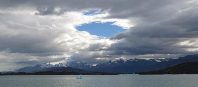 Montagnes au loin - Cruceros MarPatag - El Calafate, Argentine