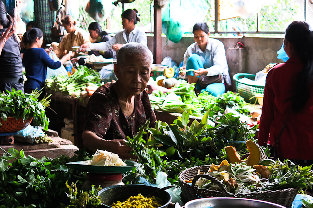 Vieille dame au marché - Siem Reap, Cambodge