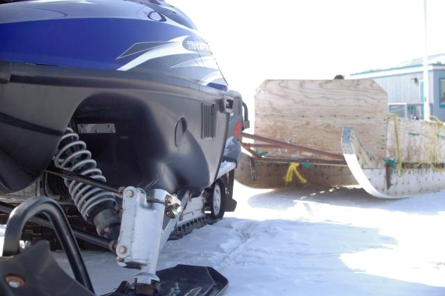 Une motoneige et son qamutik à Iqaluit