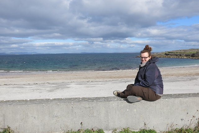 Jennifer sur la plage d'Inis Mor - Aran Islands - Irlande