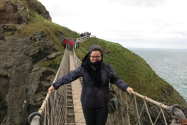 Jennifer sur le Carrick-a-rede bridge - Irlande