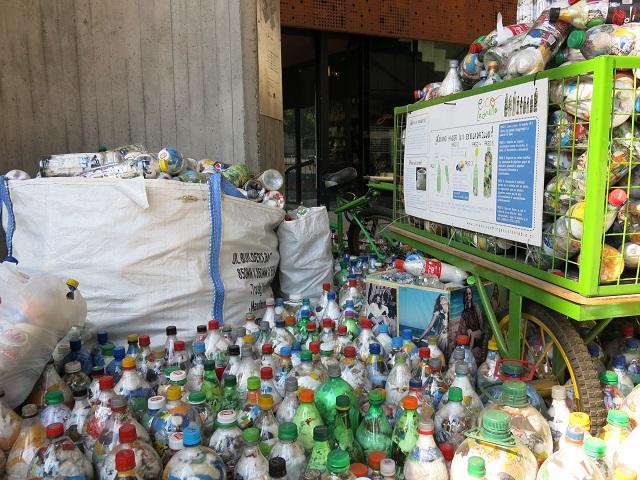 Le recyclage de bouteilles et de sacs plastique au GAM - Santiago, Chili