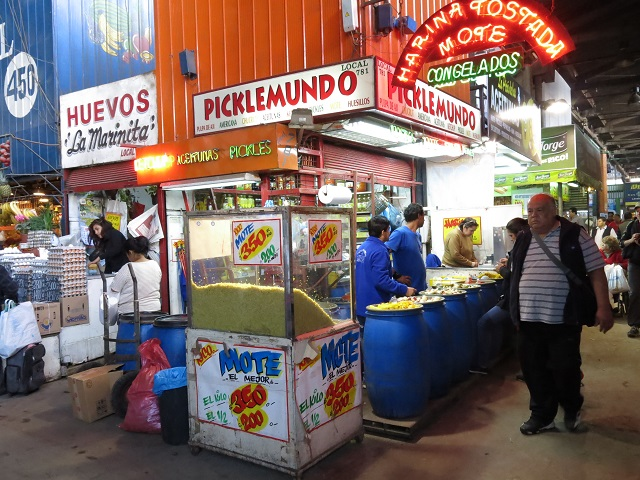 Un kiosque parmi tant d'autres au marché de Santiago, Chili