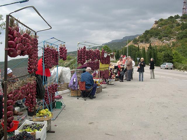 étal d'oignons en bord de route en Ukraine