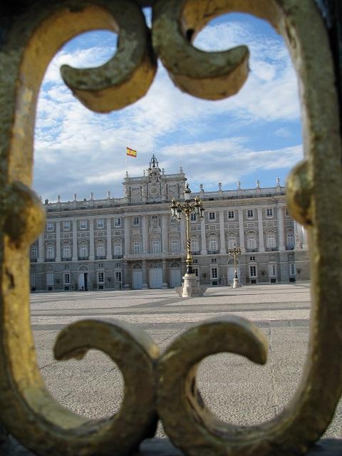 Palais royal de Madrid vu par les grilles de la clôture - Espagne