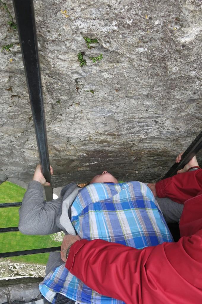 Embrasser la Blarney Stone en Irlande