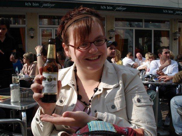 Jen prend une bière à Freiburg, Allemagne