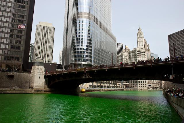 La Chicago River verte pour la Saint-Patrick - Chicago, Illinois