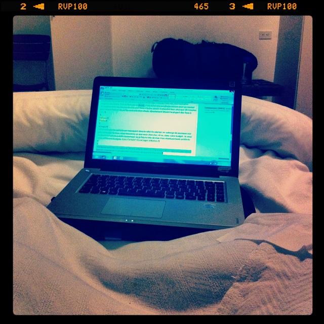 Le confort du lit comme bureau de travail