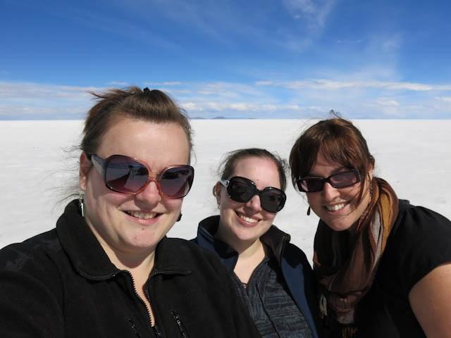 Les copines à lunettes dans le désert de sel d'Uyuni en Bolivie