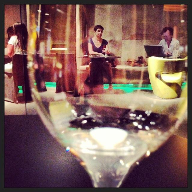 Aimée dans un bar à vin à Barcelone (le Monvinic)