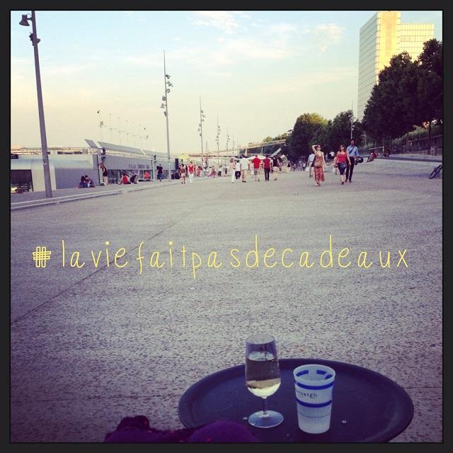 Sur les quais à Paris avec un verre de vin (et la citation de mon ami Laurent)