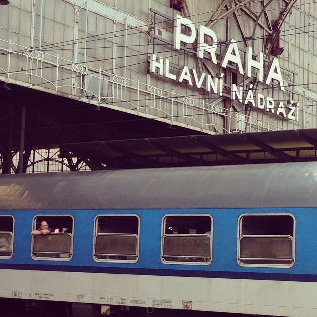 Voyageur dans un train à la gare centrale de Prague