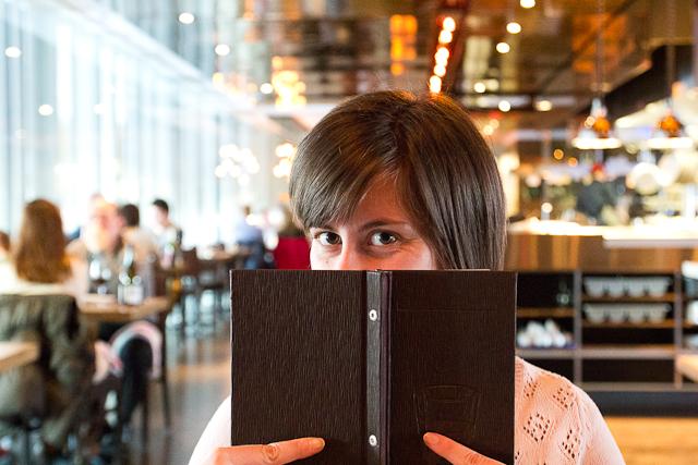 Lucie se cache derrière le menu - Les Labours - La Ferme du Massif de Charlevoix