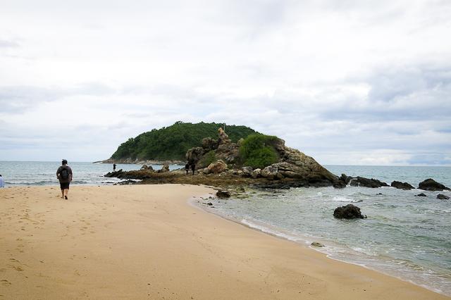 Rocher sur la plage quasi-déserte - Phuket