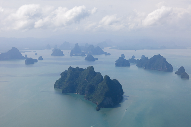 Vue de l'avion sur les îles près de Phuket