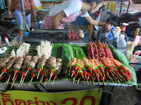 Brochettes de viande dans les rues de Bangkok, Thailande
